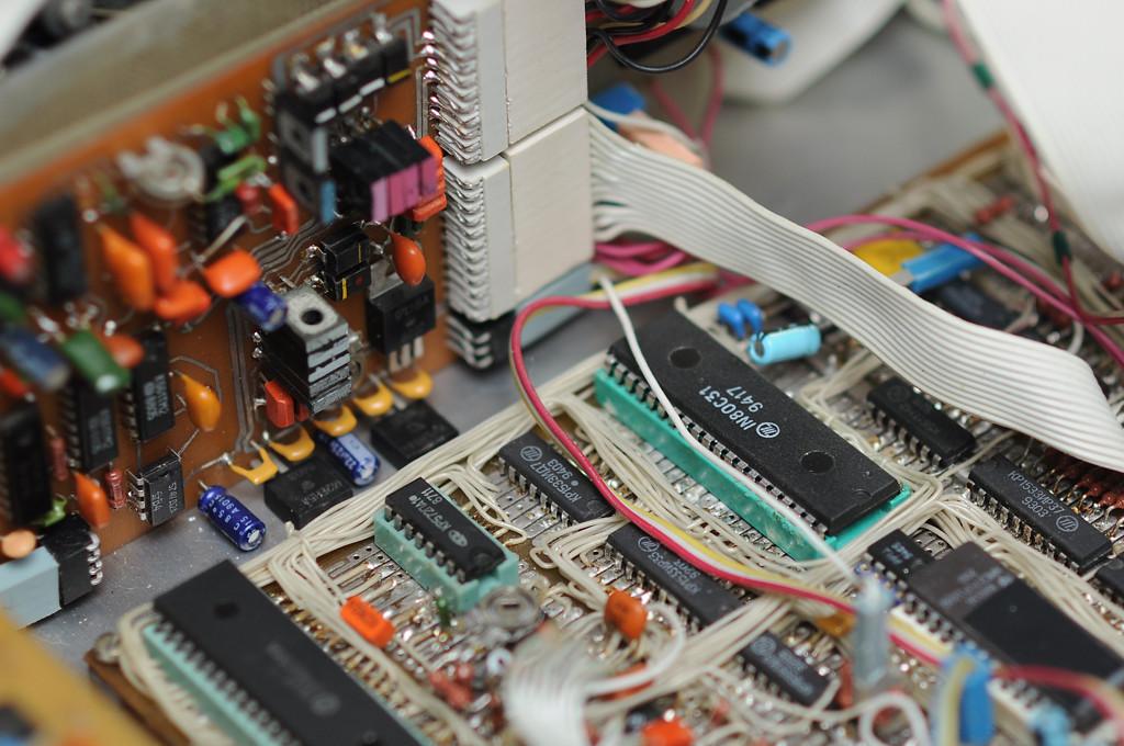 Рядом видна микросхема ПЗУ с